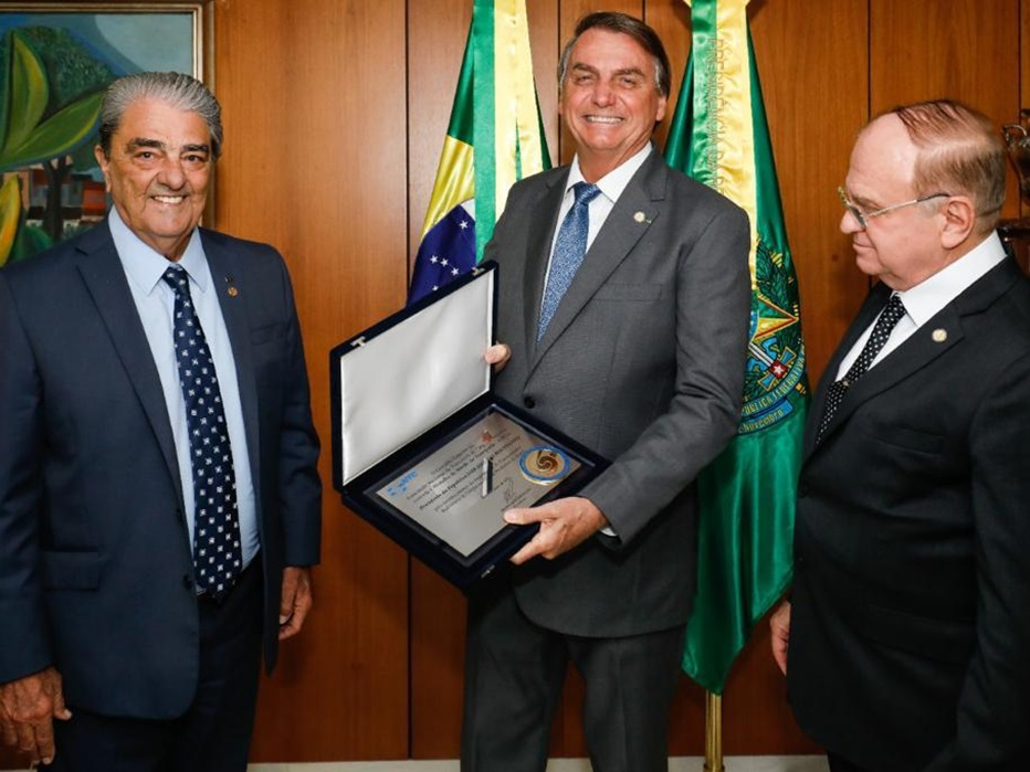 Presidente Francisco Pelucio entrega Medalha de Mérito do Transporte NTC para presidente Jair Bolsonaro, em Brasília
