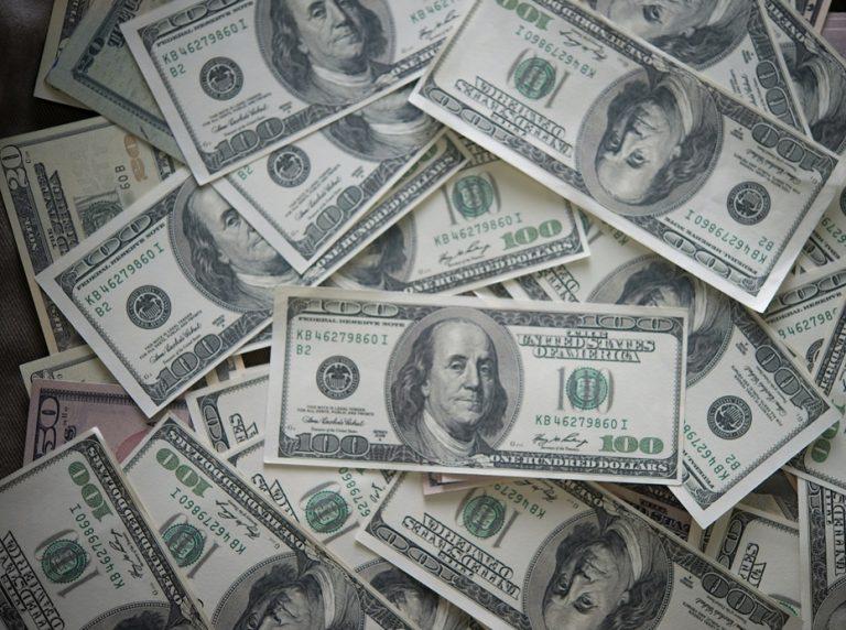 Dólar desacelera com reforma tributária e fecha a R$ 5,18
