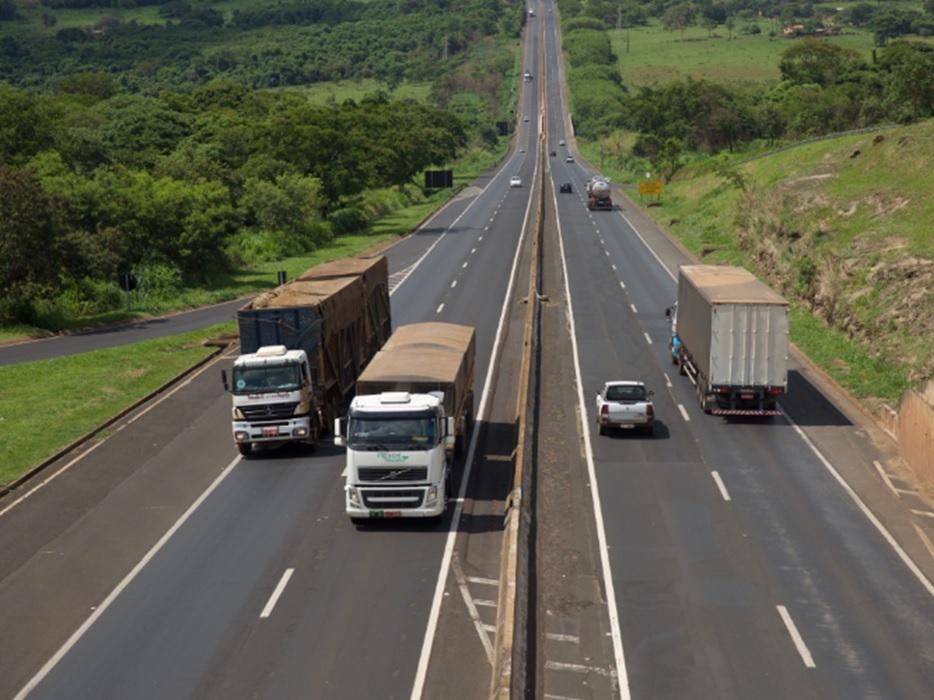 CNT alerta governo federal sobre problemas no transporte internacional de cargas provocados por medidas sanitárias implantadas por países vizinhos