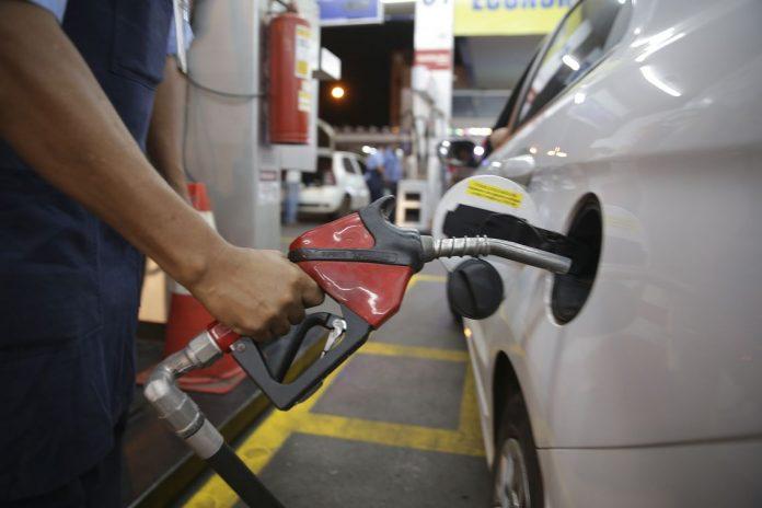 Abicom vê defasagem e pede aumento no preço da gasolina