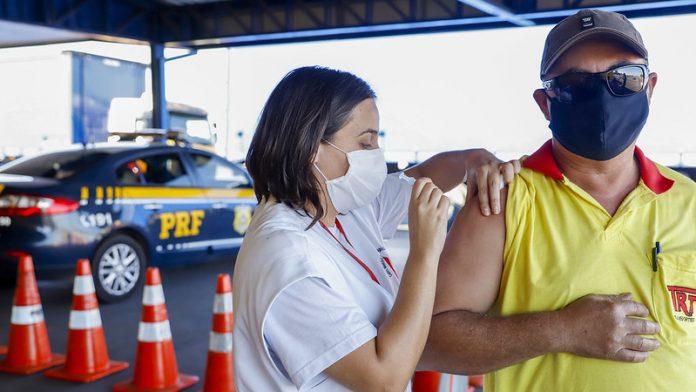 Deputado quer que caminhoneiros sejam vacinados em abril