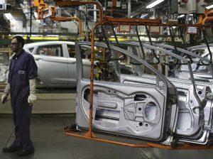 Produção industrial cai 2,4% de fevereiro para março